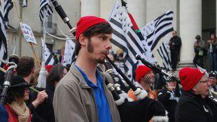 """De nombreux """"Bonnets rouges"""" ont fait le déplacement, samedi 19 avril, à Rennes (Ille-et-Vilaine). (FABIEN MAGNENOU / FRANCETV INFO)"""