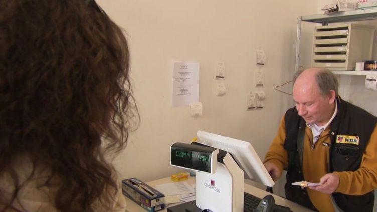 Coronavirus : un retraité relance son épicerie, pour ne pas laisser les villageois sans produits frais (Capture d'écran France 3)