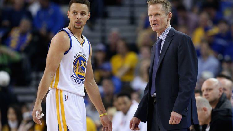Stephen Curry et son entraîneur Steve Kerr (Golden State Warriors) (EZRA SHAW / GETTY IMAGES NORTH AMERICA)