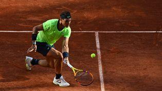 L'Espagnol Rafael Nadal en demi-finales du tournoi de Roland-Garros contre le Serbe Novak Djokovic, vendredi 11 juin 2021. (CHRISTOPHE ARCHAMBAULT / AFP)