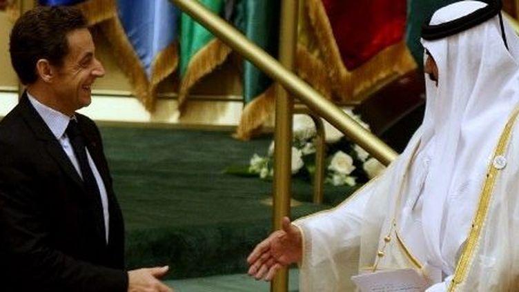 A Doha, le président Nicolas Sarkozy salue l'émir du Qatar Sheikh Hamad bin Khalifa al-Thani en 2008. (AFP/KARIM JAAFAR / AFP)