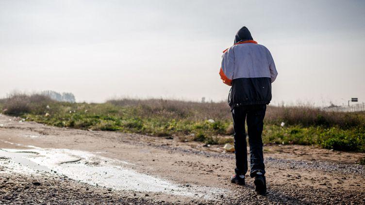 Un migrant lors du démantèlement de la jungle de Calais (Pas-de-Calais), le 24 octobre 2016. (JEF BAECKER / HANS LUCAS / AFP)