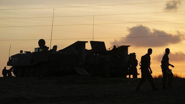 Des soldats israéliens à la frontière de la bande de Gaza, le 19 novembre 2012. (AMIR COHEN / REUTERS)