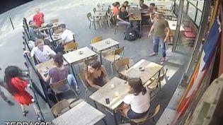 Une jeune femme frappée au visage à Paris, le 24 juillet 2018. (CAPTURE ECRAN / MARIE LAGUERRE)