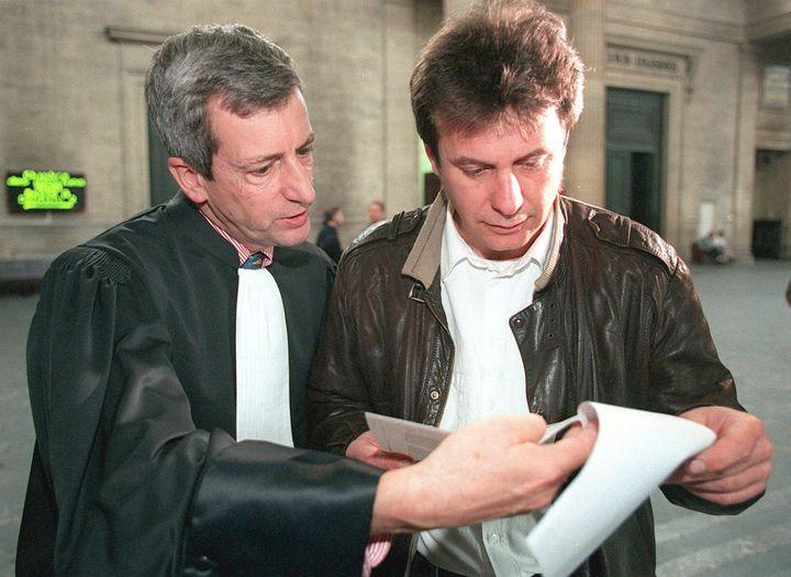 L'Italien Sergio Tornaghi (à droite) et son avocat Dominique Delthil, le 3 novembre 1998, avant de comparaître devant la chambre d'accusation de la cour d'appel de Bordeaux (Gironde). (FRANCOIS GUILLOT / AFP)