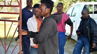 Deux homosexuels placés dans une cellule, le 8 mai 2013 à Lusaka, avant leur procès pour sodomie. (- / AFP)