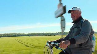 Les équipes de France 2 ont suivi Jean-Antoine, qinquagénaire, parti vendredi 5 avril dernier pour un tour de France à vélo. Objectif : trouver un travail à chaque escale. (FRANCE 2)