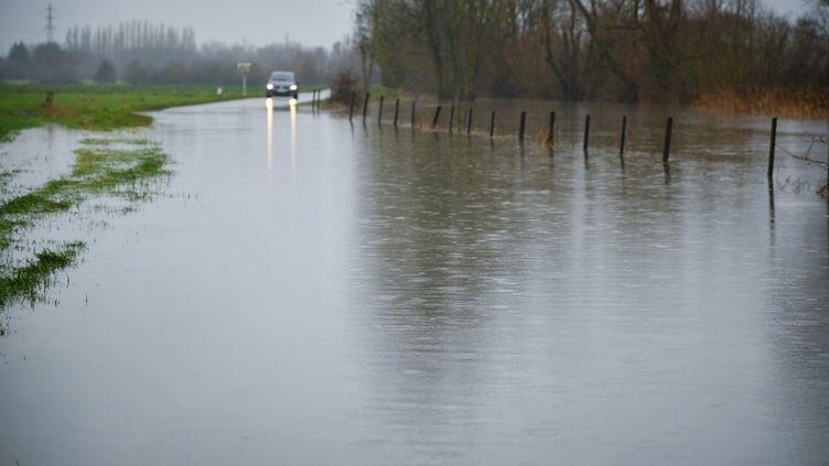Une route inondée àHauconcourt (Moselle), le 30 janvier 2021. (NICOLAS BILLIAUX / HANS LUCAS / AFP)