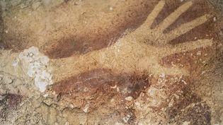 Une main humaine au pochoir découverte dans les grottes de Maros en Indonésie et datée de 39.900 ans au moins.  (Kinez Riza / Revue Nature / AFP)