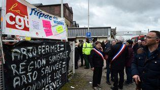 Des élus présents à la manifestation contre la fermeture de l'usine, à Bessé-sur-Braye, le 28 février 2019. (JEAN-FRANCOIS MONIER / AFP)