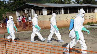 Les secours préparent l'enterrement d'une victime du virus Ebola, le 27 juillet 2014, au Liberia. (  MAXPPP)