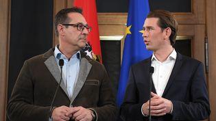 Le conservateur Sebastian Kurz et le patron du FPÖ, à Vienne (Autriche), vendredi 15 décembre 2017. (ROLAND SCHLAGER / APA / AFP)