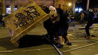 Des manifestants affrontent les forces de l'ordre à Barcelone, le 16 octobre 2019. (LLUIS GENE / AFP)