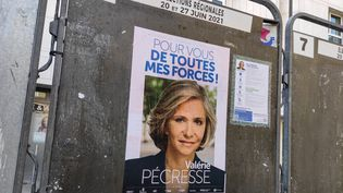 Une affiche électorale de Valérie Pécresse, l'actuelle présidente du conseil régional d'Ile-de-France. (RICCARDO MILANI / HANS LUCAS)