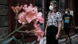 Une femme portant le masque dans les rues de Bordeaux, le 27 juillet 2021. (PHILIPPE LOPEZ / AFP)