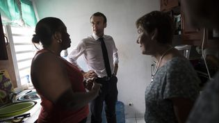 Emmanuel Macron et la ministre des Outre-mer, Annick Girardin (à droite), samedi 29 septembre 2018 à Quartier d'Orléans à Saint-Martin. (THOMAS SAMSON / AFP)