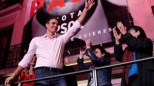 Le Premier ministre et leader du Parti socialiste espagnol (PSOE), Pedro Sanchez, salue des militants à l'extérieur du siège du parti, le 28 avril 2019 à Madrid (Espagne). (BURAK AKBULUT / ANADOLU AGENCY / AFP)