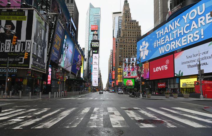 Time Square, à New York (Etats-Unis), est désertée en raison du confinement, le 3 avril 2020. (ANGELA WEISS / AFP)