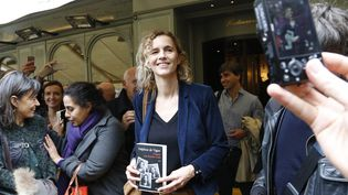 """Delphine de Vigan pose avec son roman """"D'après une histoire vraie"""", lors de la remise du prix Renaudot, le 3 novembre 2015 à Paris. (FRANCOIS GUILLOT / AFP)"""