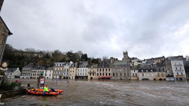 Un sauveteur sur un canot pneumatique dans le centre-ville inondé de Quimperlé (Finistère) par la crue de la Laïta, le 7 février 2014. (FRANK PERRY / AFP)