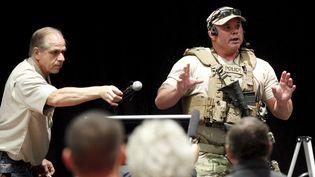 Une policier s'adresse à l'assistance après une fusillade en marge d'un concours de caricatures de Mahomet, à Garland (Texas, Etats-Unis), le 3 mai 2015. (MIKE STONE / REUTERS)
