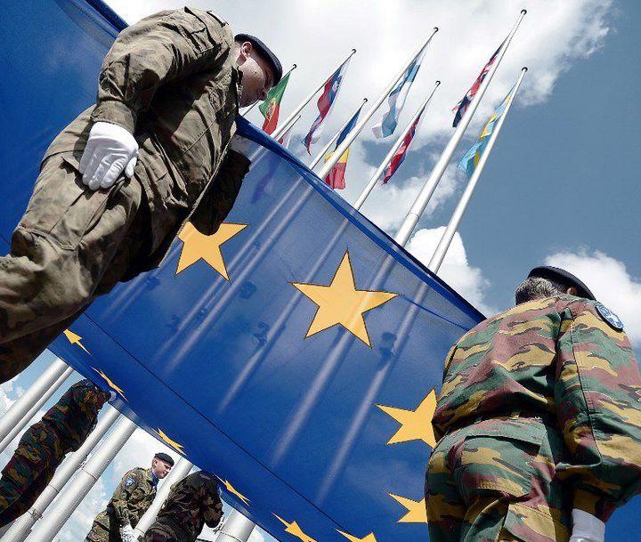 Soldats de l'Eurocorps avec le drapeau européen (2014). L'Eurocorps regroupe six pays européens. (FREDERICK FLORIN / AFP)