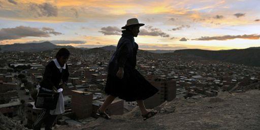 Une femme quechua marche à la périphérie de Potosi (sud de la Bolivie) le 24 juin 2014. (AFP - Aizar Raldes)