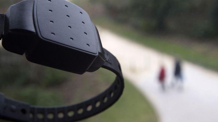 Un bracelet anti-rapprochement, le 1er février 2010, à Paris. (JOEL SAGET / AFP)