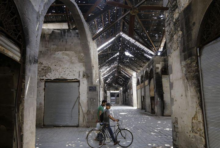 Les allées quasi désertes du souk de Homs (14 août 2016)  (Louai Beshara / AFP)