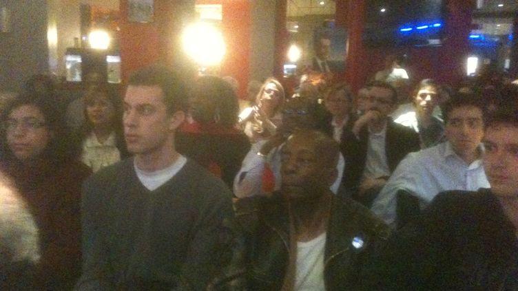 Les sympathisants UMP assistent au débat dans un bar du 18e arrondissement de Paris (AB)