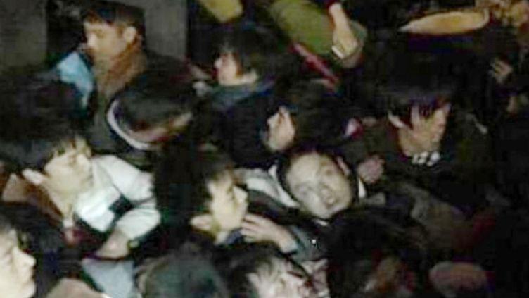 Des participants aux célébrations du Nouvel An sont pris dans une bousculade, le 31 décembre 2014, à Shanghai (Chine). (EYEPRESS NEWS / AFP)