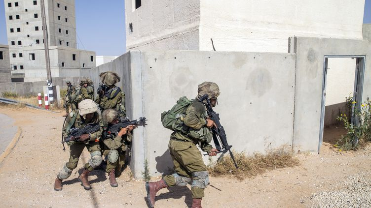 Des soldats israéliens s'entraînent sur le camp deTzéélim (Israël), le 21 mai 2015. (JACK GUEZ / AFP)