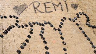 Sur le site du barrage contesté de Sivens (Tarn), le 27 octobre 2014, les opposants au projet rendent hommage au manifestant Rémi Fraisse. (REMY GABALDA / AFP)