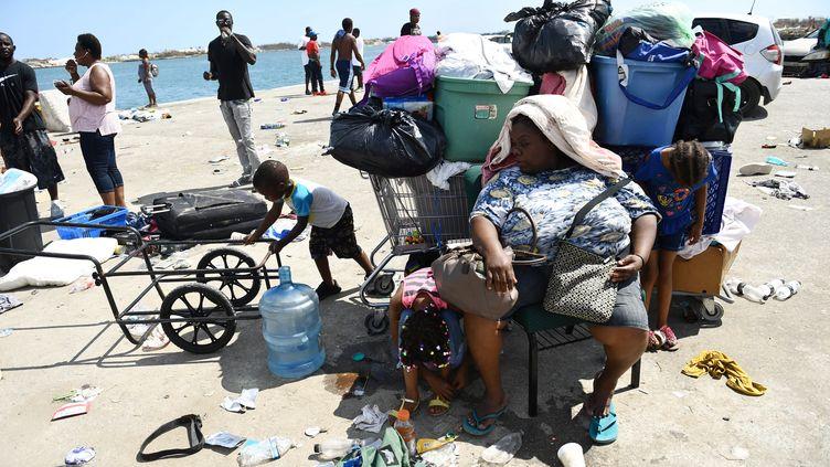 Des sinistrés attendent leur évacuation sur un quai aux Bahamas, le 7 septembre 2019. (BRENDAN SMIALOWSKI / AFP)