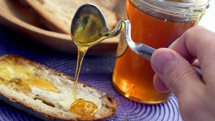 Préparation d'une tartine de miel (illustration). (MARC OLLIVIER / MAXPPP)