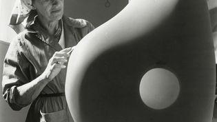 Barbara Hepworth taillant une oeuvre au Palais de Danse, 1961, The Hepworth photograph collection (© Photographie Mathews)