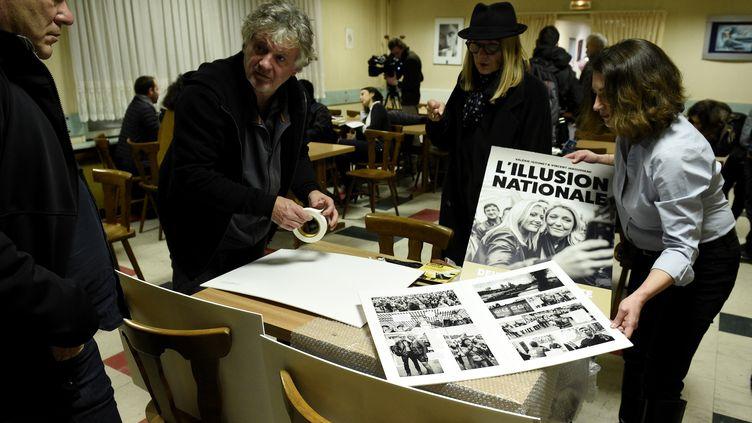 """Lancement du roman-photo""""L'illusion nationale"""", de Françoise Igounet et Vincent Jarousseau, à Hayange (Moselle), le 8 mars 2017. (JEAN CHRISTOPHE VERHAEGEN / AFP)"""