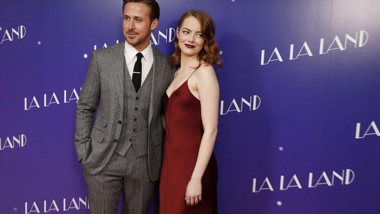 """Ryan Gosling et Emma Stone posent le 12 janvier 2017 à Londres, pour la sortie du film """"La La Land"""". (JOEL RYAN / AP / SIPA)"""