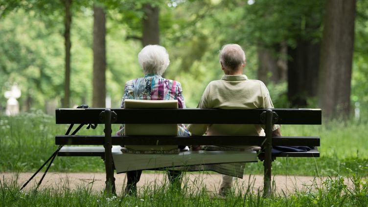 Un couple de retraités sur un banc. (SEBASTIAN KAHNERT / ZB)