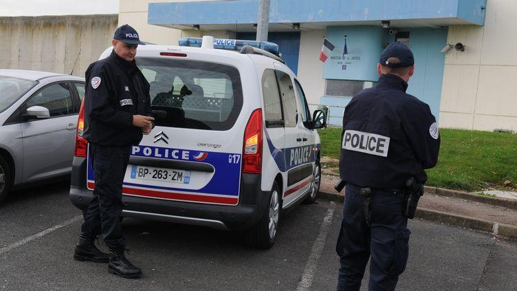 Des policiers devant la prison de Saint-Maur (Indre), le 24 octobre 2014, lors d'une mutinerie dans l'établissement. (  MAXPPP)