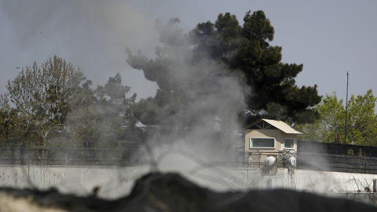 Une tour de garde de l'ambassade britannique à Kaboul (Afghanistan) attaquée au lance-roquettes par des talibans le 15 avril 2012. (OMAR SOBHANI / REUTERS)
