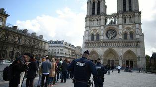 File d'attente devant Notre-Dame de Paris en mars 2016. (STEPHANE DE SAKUTIN / AFP)