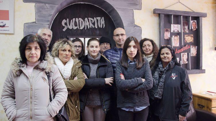 Des proches de détenus corses, avec la vice-présidente de l'Associu Sulidaritu, Cathy Bartoli (à droite), le 20 janvier 2016 à Ajaccio (Corse-du-Sud). (THOMAS BAIETTO / FRANCETV INFO)