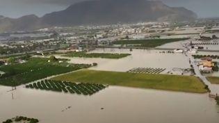 Les inondations qui sévissent dans le sud-est de l'Espagne ont causé la mort de cinq personnes. Ces intempéries se déplacent dans le centre du pays. (France 3)