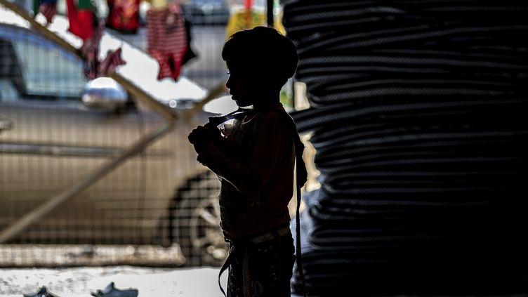 Un enfant dans le camp de déplacés deAïn Issa, en Syrie, le 26 septembre 2019, avant la fuite de près de 800 personnes, annoncée le 13 octobre par les autorités kurdes. (DELIL SOULEIMAN / AFP)
