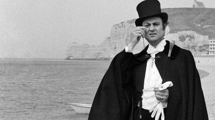 L'acteur français Georges Descrières pose sur une plage d'Etretat (Normandie), habillé en Arsène Lupin. Il est mort le 19 octobre 2013. ( AFP )