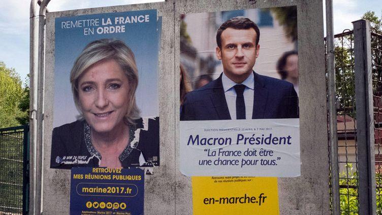 Les affiches des deux candidats qualifiés pour le 2e tour, Marine Le Pen et Emmanuel Macron, le 24 avril 2017 à Paris  (Bruno Levesque / IP3 Press / MaxPPP)