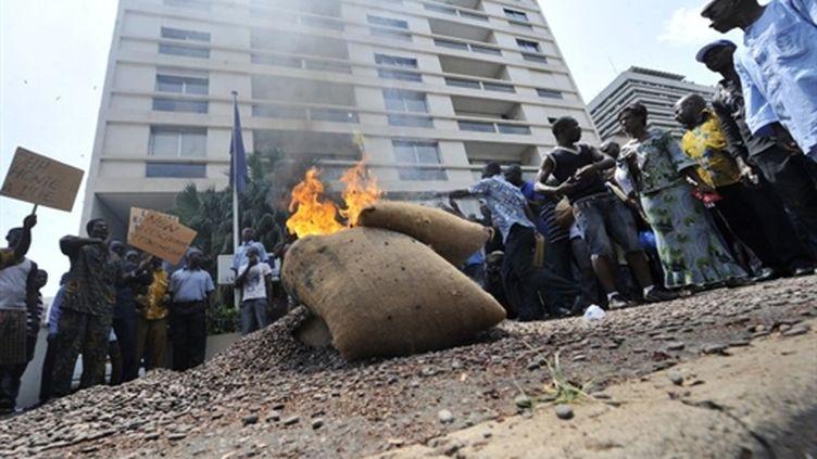 Des fèves de cacao brûlées par des producteurs devant la délégation de l'UE, à Abidjan, le 17/2/11 (AFP/Sia Kambou)