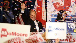Le candidat démocrate Doug Jones après sa victoire, mercredi 12 décembre 2017, à Birmingham (Etats-Unis). (JUSTIN SULLIVAN / GETTY IMAGES NORTH AMERICA / AFP)