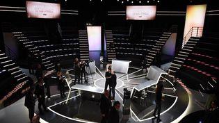 Exercice inédit sous la Ve République avant un premier tour, les cinq principaux candidatsse sont affrontés dans un long débat qui a laissé au deuxième plan les affaires ayant secoué la campagne.  (ELIOT BLONDET / POOL)